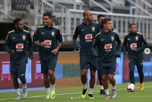 Jogadores da seleção brasileira se apresentam em Londres para amistosos