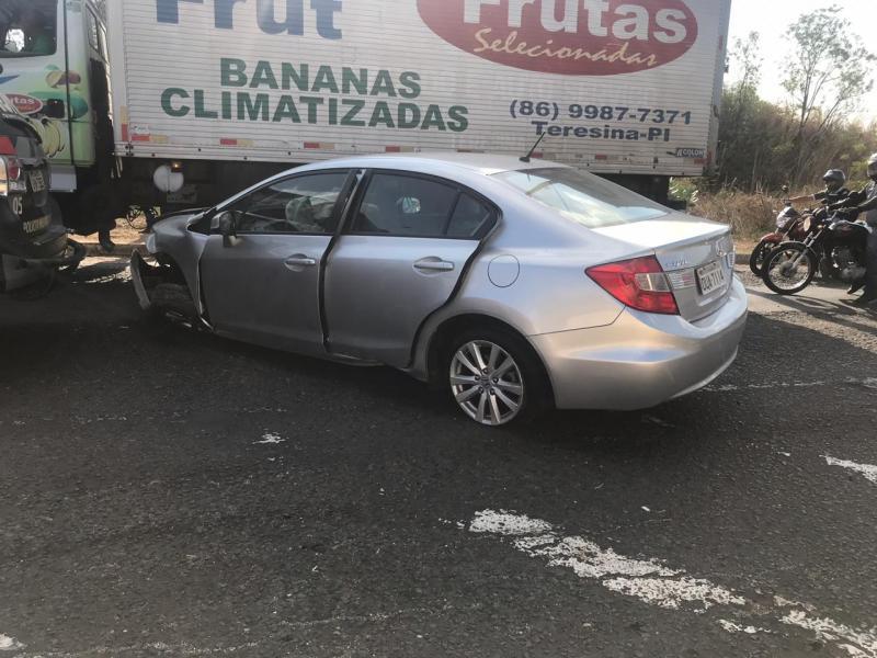 Bandidos capotam carro roubado durante fuga na BR-316