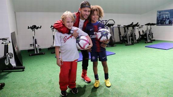 Garoto de 9 anos realiza sonho de conhecer Neymar