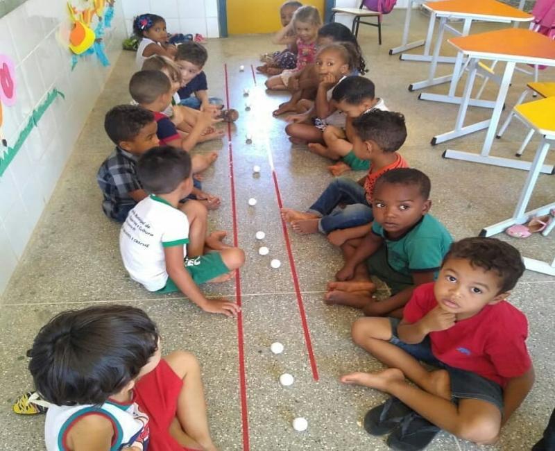 Crianças da creche Tia Luizinha participam de festa