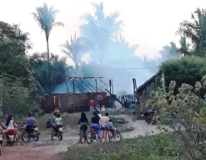 Família tem Casa Destruída pelo Fogo em Esperantina