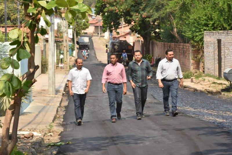 Prefeito Joel Rodrigues visita obras de pavimentação asfáltica em Floriano