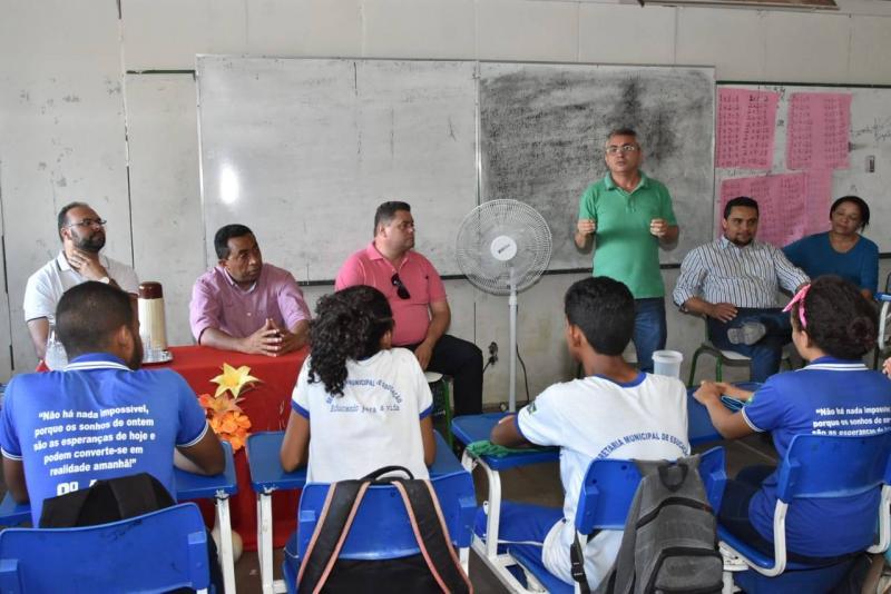 Prefeito Joel visita escola e ouve reivindicações de professores e alunos