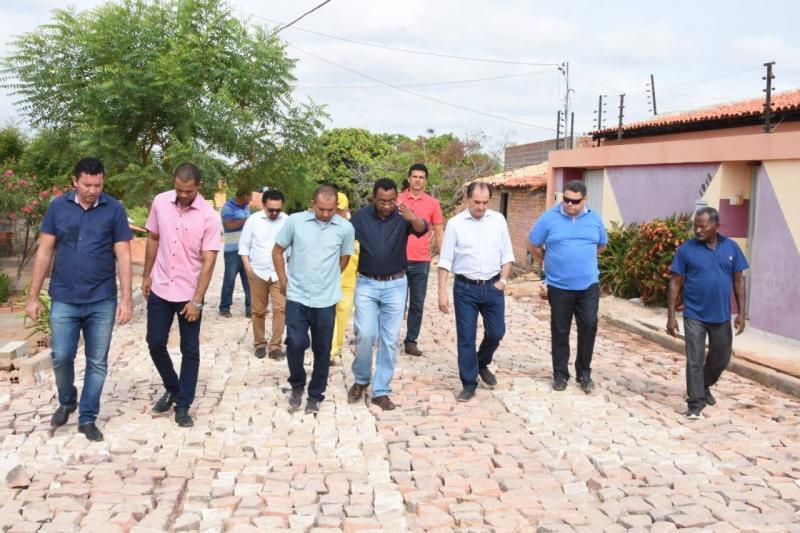 Prefeito Joel Rodrigues visitas obras de calçamento em Floriano