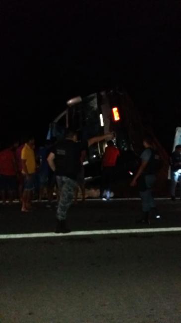 Ônibus tomba e deixa um morto e 19 feridos na BR-316