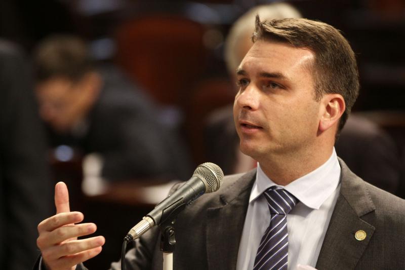 Filho de Bolsonaro tem número de telefone banido do WhatsApp