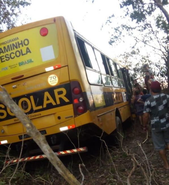 Acidente com ônibus escolar deixa crianças gravemente feridas na BR-343
