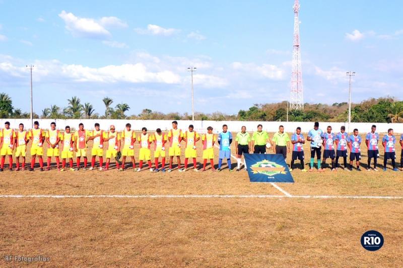 Atletas posicionados para o hino nacional na semifinal do campolarguense 2018 (Crédito: Foto RF Fotografias)