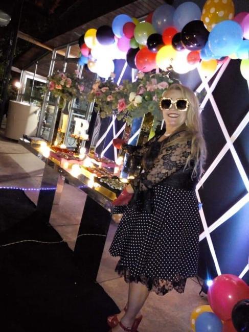 Demerval Lobão | Professora celebra aniversário com festa em estilo anos 80