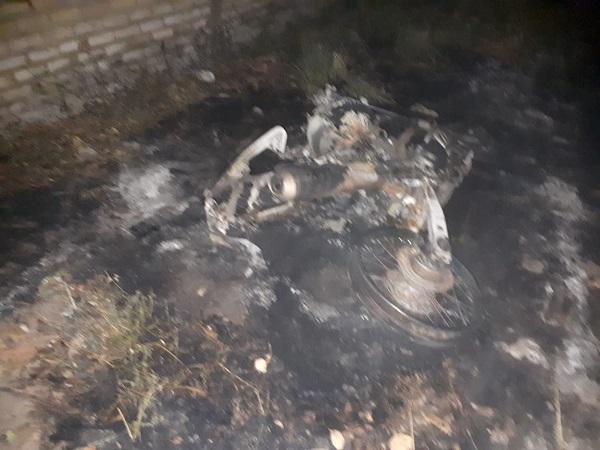 Homem surta e ateia fogo na própria moto no Piauí