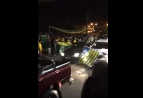 Casal tem vidro do carro quebrado durante ato político em Teresina