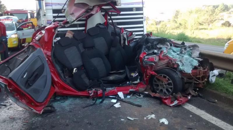 Homem sobrevive após ter carro prensado entre ônibus e caminhão