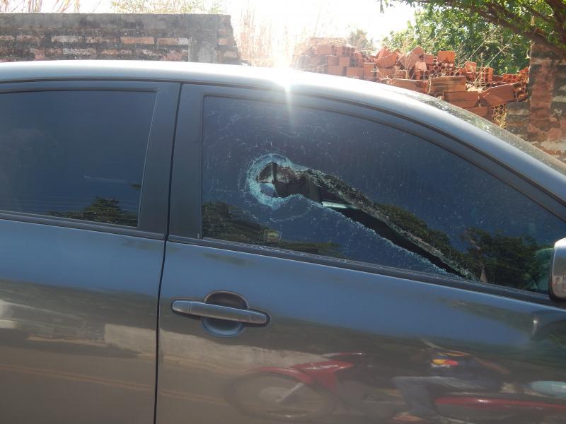 Funcionário dos Correios tem carro danificado de frente à empresa