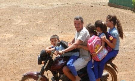 Sem transporte escolar, pais arriscam a vida de seus filhos em Esperantina