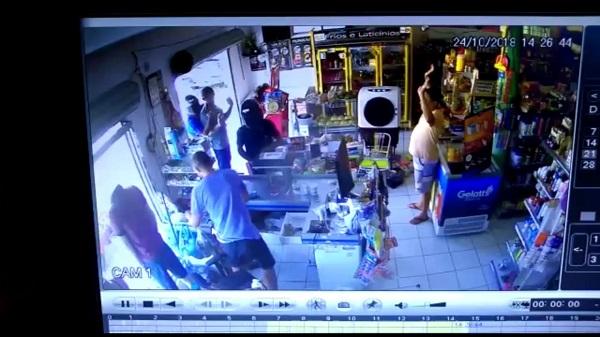 Idosa é baleada durante assalto em comércio no Piauí; vídeo