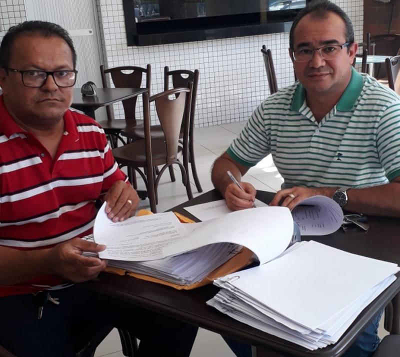 Prefeito de Nazária assina 50 contratos para construção de casas