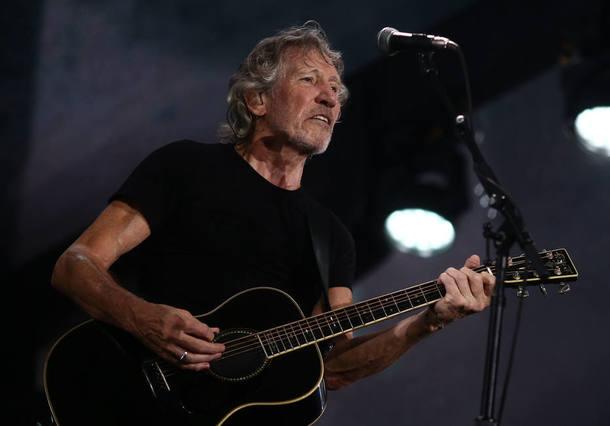 Roger Waters obedece a lei exibe #EleNão em show antes das 22h