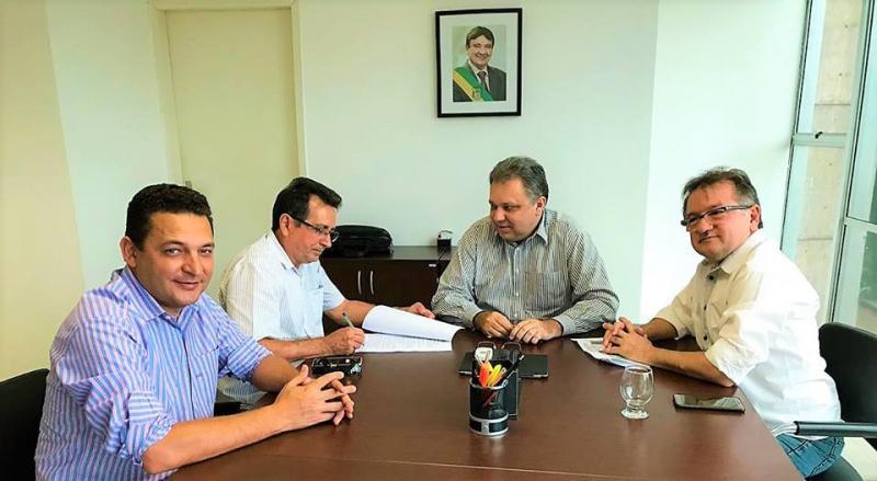 Prefeito assina convênio para reforma e ampliação da Unidade Mista de Saúde