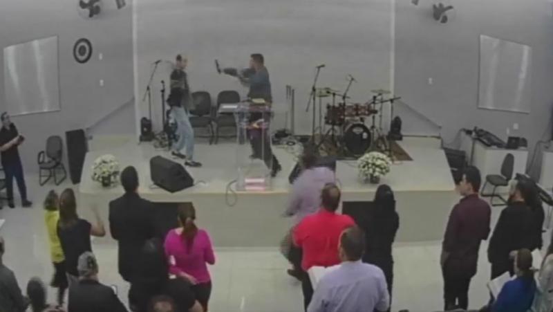 Fiel tenta esfaquear pastor durante culto: 'Não gostei do louvor'