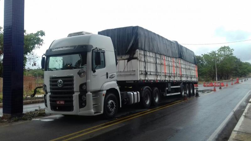PRF apreende caminhão carregado com madeira ilegal