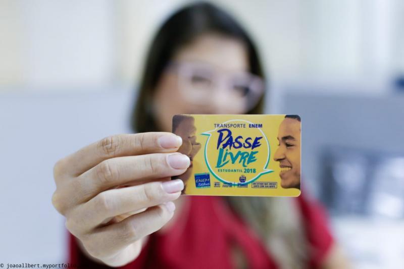 Seduc entrega Passe Livre para alunos que farão o Enem