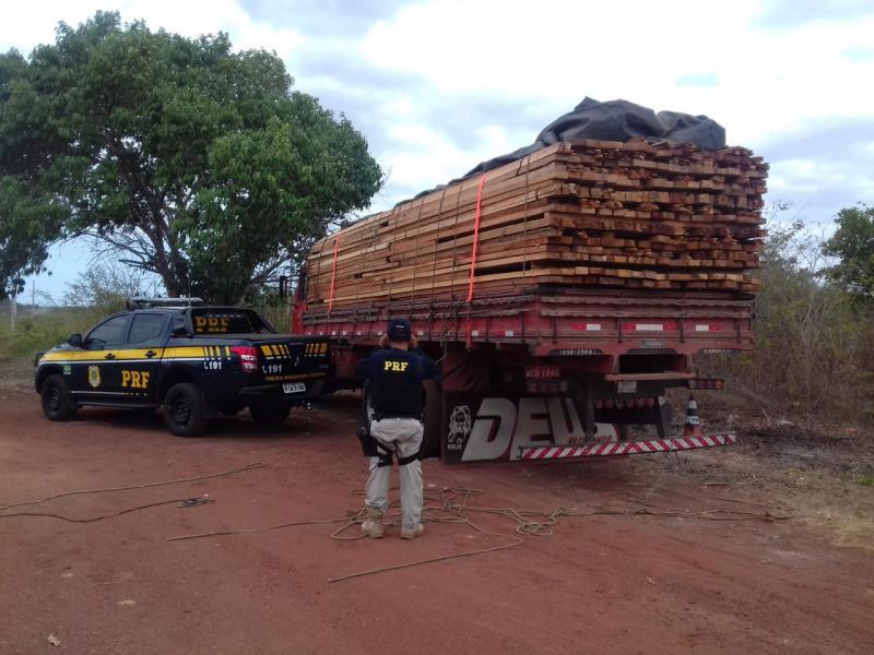Caminhão é flagrado transportando madeira ilegal na BR-343
