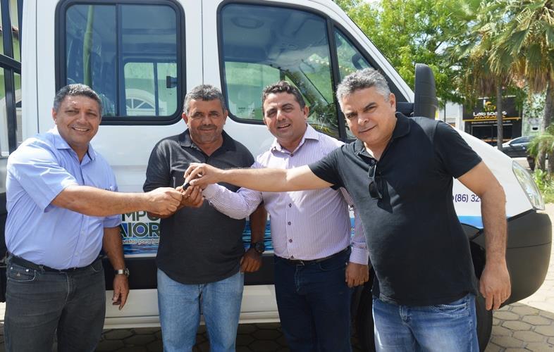 Prefeito entrega caminhão para o Serviço Autônomo de Água e Esgoto