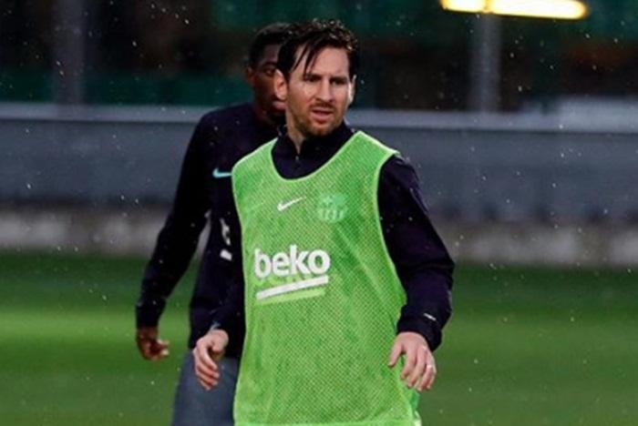 Messi volta aos treinamentos após sofrer lesão no braço direito