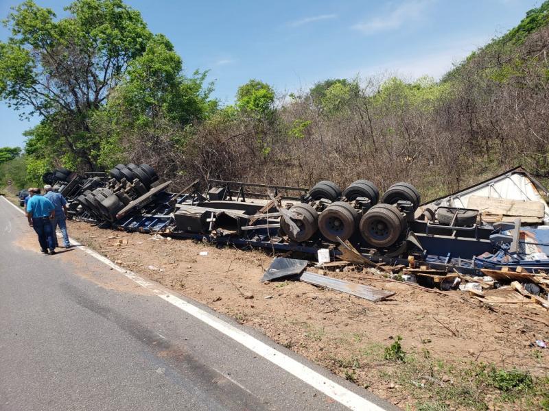 Caminhão carregado com produtos tóxicos tomba na BR-135