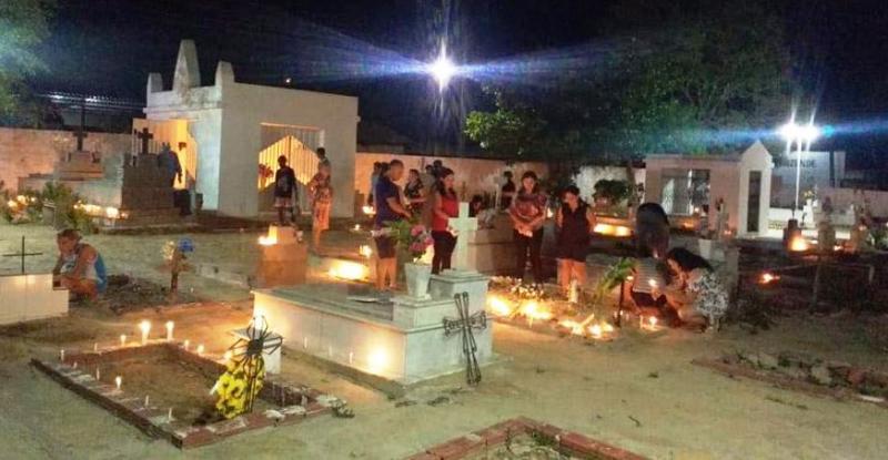 Cemitérios limpos e iluminados visitas se estendem até à noite