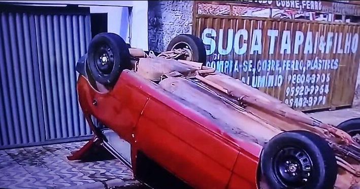 Motorista fica preso às ferragens após carro capotar em Teresina