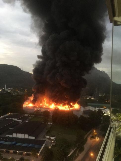 Incêndio atinge galpão dos Estúdios Globo no Rio de Janeiro