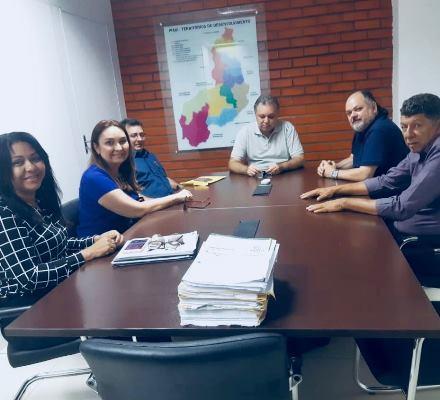 Prefeita Doquinha na Secretaria de Saúde tratando de assuntos do município
