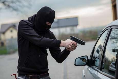 Empresário de Beneditinos tem carro tomado em assalto