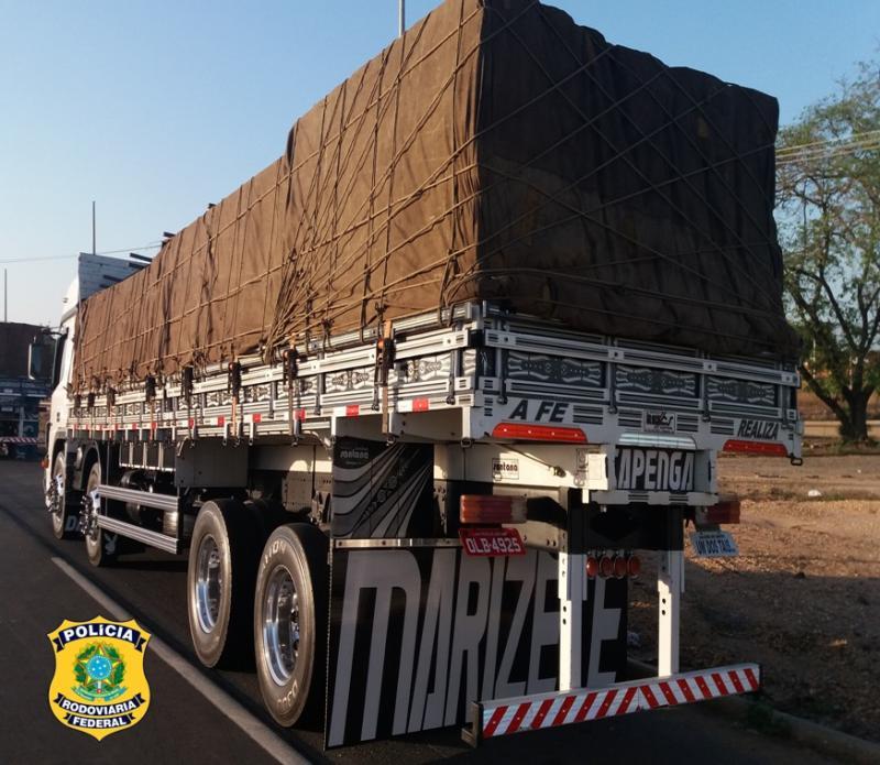 PRF apreende madeira ilegal em caminhões na BR-316