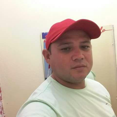 Agente de saúde morre após colidir moto em caminhão