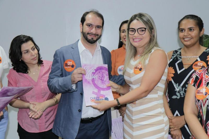 """Lucas Villa recebe """"Carta Lilás"""" com propostas de advogadas do Piauí"""