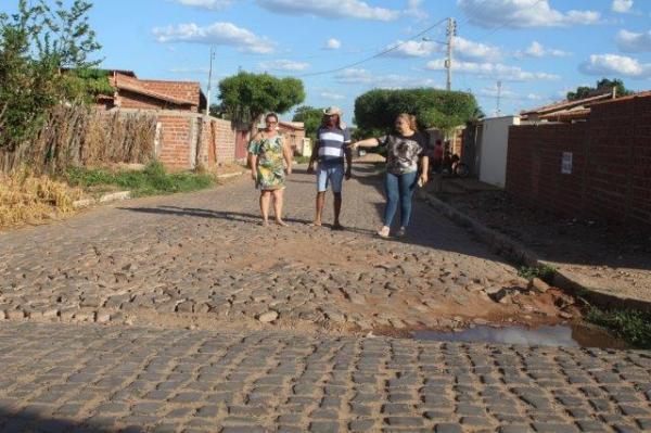 Secretária Regina Mateus visita os bairros e o centro da cidade