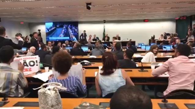 Deputados e manifestantes batem boca durante discussão de projeto