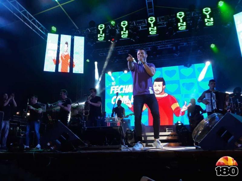 Avine Vinny levanta multidão durante aniversário de Landri Sales