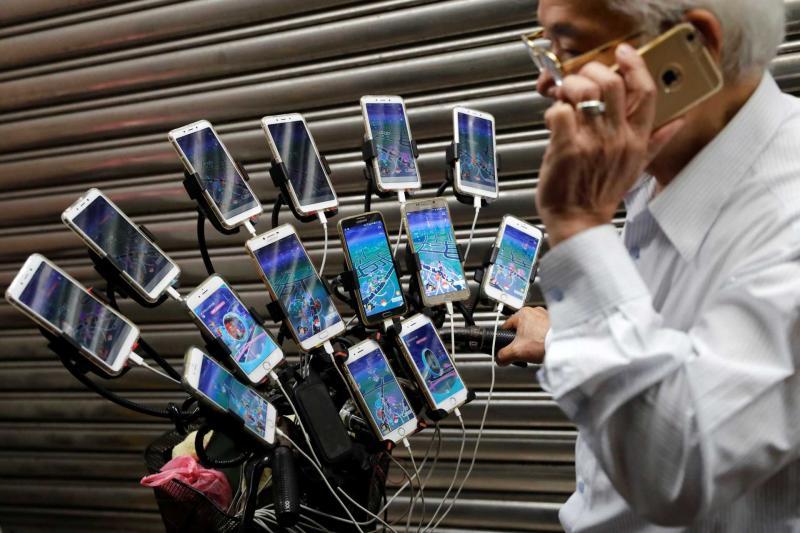 Vovô viciado em Pokémons usa bicicleta e 15 celulares para capturá-los