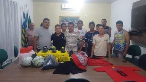 Prefeitura de Prata do Piaui faz entrega de material esportivo