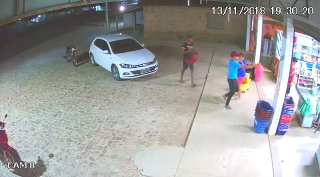 Dupla armada rende funcionários e assalta supermercado em Cabeceiras