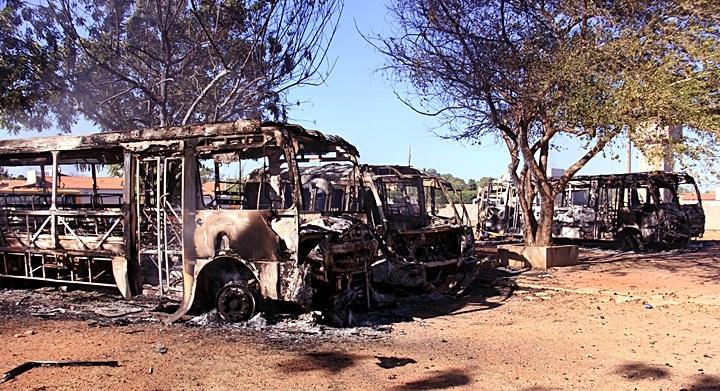 Seduc repudia incêndio em ônibus escolares em Piracuruca