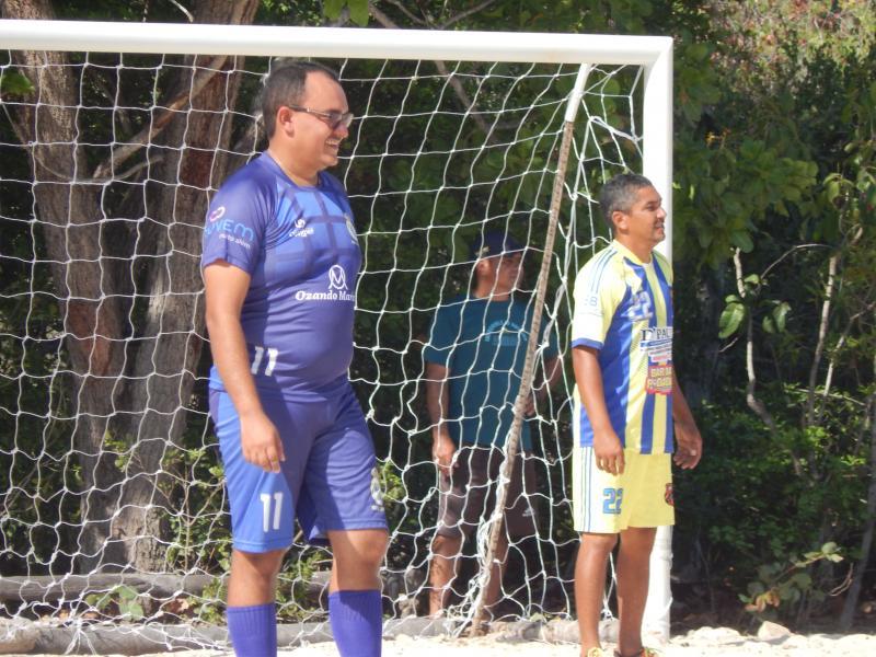 Prefeito participa de jogo inaugural de campo de futebol