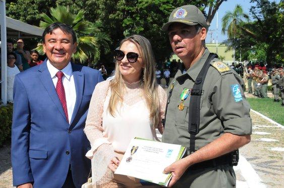 Governo homenageia civis e promove militares no Dia da Bandeira