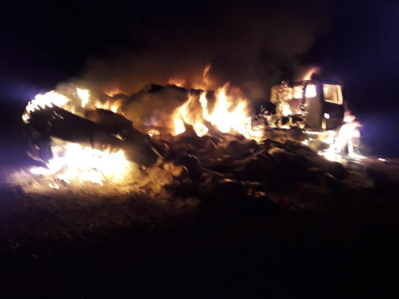 Caminhão carregado de sal pega fogo na PI 113, entre Barras e Cabeceiras