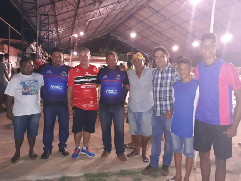 Prefeito entrega kit esportivo para escolinha de futebol do bairro Ipiranga