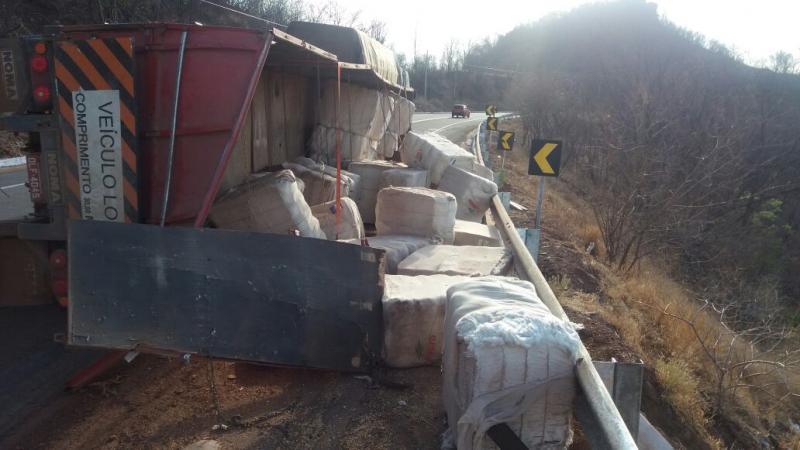 Caminhão tomba na BR-316 e pista é interditada