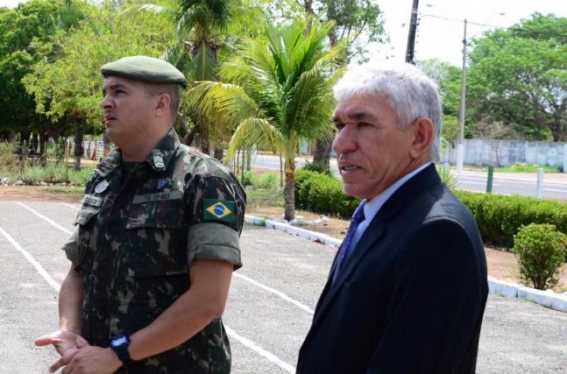 Prefeito Luiz Meneses visita o Tiro de Guerra e reforça apoio